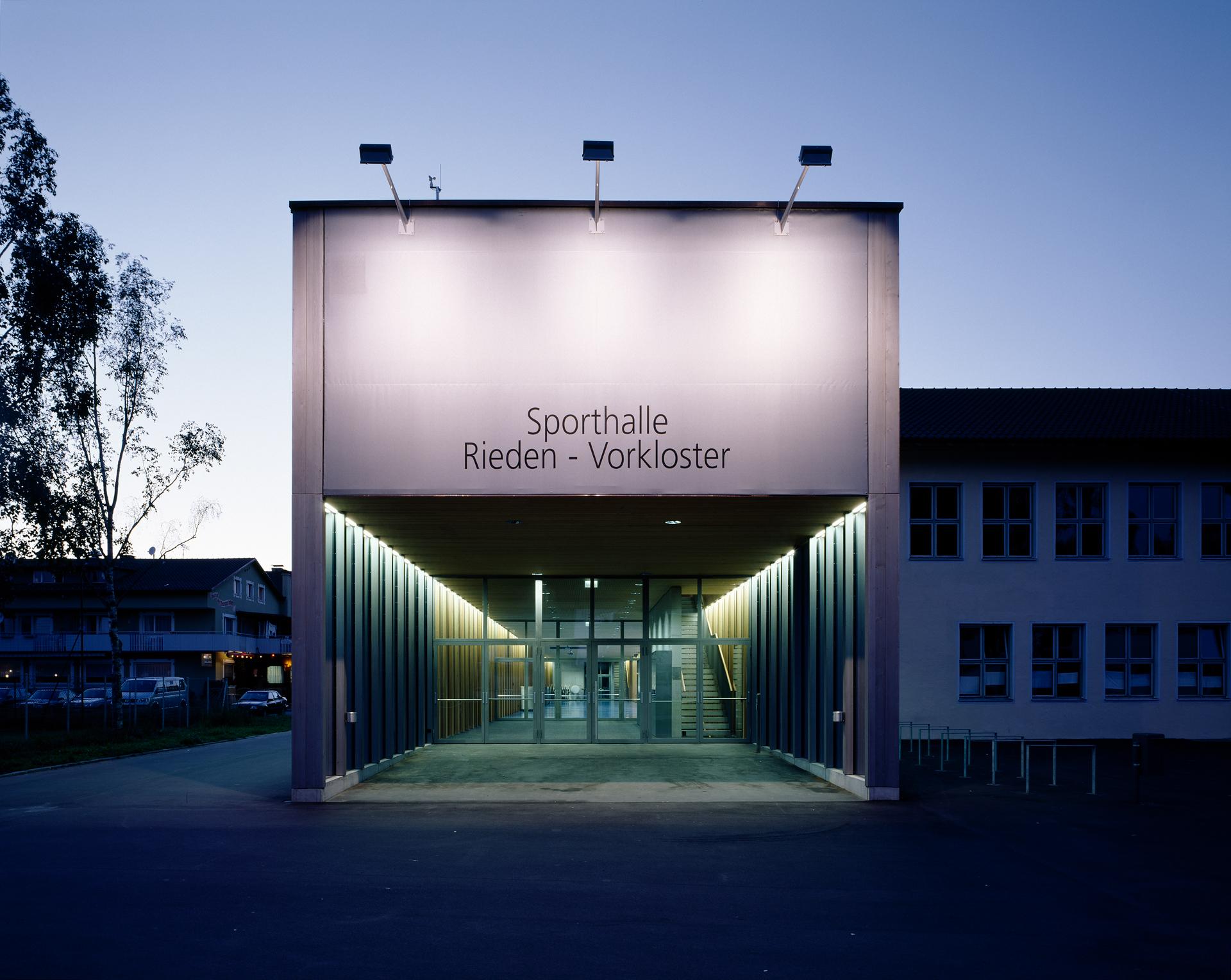 4000_Sporthalle-Rieden-Vorkloster_FOTO_Sporthalle_Rieden_13_ex_Eingang_Bruno-Klomfar